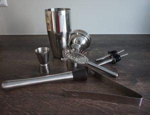 Cocktailequipment mit Cocktailshaker, Eiszange, Muddler, Ausgießer, Stainer, Jigger (Barmaß)